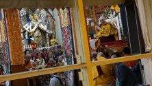 Далай Лама изнася лекция в будисткия храм Цуглагханг край град Дарамсала, Индия.