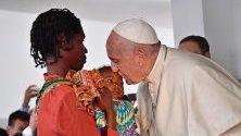 Папа Франциск целува дете по време на посещението си в болница в Мапуто, Мозамбик. Светият отец е на обиколка на Мозамбик, Мадагаскар и Мавриций.