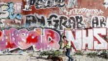 Полицай претърсва с куче за укрита дрога по време на акция срещу наркодилърите в парк Гьорлицер в Берлин. Паркът е известно място за продажба на дрога и често там има случаи на насилие.