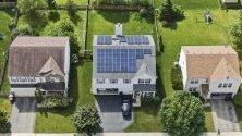 Слънчеви панели върху покривите на частни къщи в Раунд Лейк Хайтс, Илинойс. Районът участва в сътрудничество за устойчива енергия между 127 общности в района на Чикаго, в които живеят над 6 милиона души.