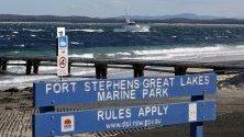 Водният полицейски кораб `Intrepid` тръгва от залива Нелсън, за да издирва петима души,  след като хеликоптер се разби във водите край Анна Бей, близо до Нюкасъл, Австралия.