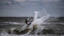 Кайтсърфист в действие по време на силно ветровито време на брега на Балтийско море близо до Росток, Германия.