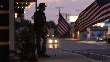 Каубой стои на входа на бар в Lone Pine, Калифорния, САЩ.