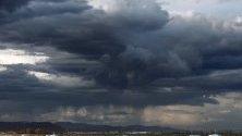 Черни облаци над плаж Малвароса, Валенсия, Испания.