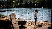 Дете от народа на тенхарините,щата Амазонас, Бразилия. Ако унищожаването на тропическите гори продължи със същите темпове, до 10-15 години мястото, на което те живеят днес, ще бъде изцяло обезлесено.