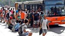 Опашка от хора за автобус в Хавана, Куба. Понастоящем Куба изпитва недостиг на гориво в цялата страна поради санкциите, прилагани към основния й доставчик, Венецуела.