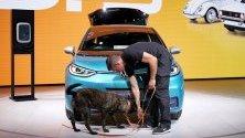 Полицейски служител с куче извършва проверки за сигурност на Фолксваген (VW) ID.3 по време на Международното автомобилно изложение (IAA) във Франкфурт, Германия.