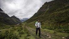 Унгарският алпинист Ferenc Lengyel  на път към базовия лагер на Манаслу, 8 163 метра Централни Хималаи, Непал.