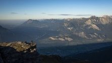 Планински колоездач гледа към долината на река Рейн, Швейцария. Рейн е една от най-важните и големи реки в Европа.