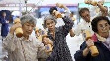 Възрастни японци правят физически упражнения по време на Деня на уважението към възрастните. Данните показват, че 35,88 милиона души в Япония са на възраст над 65 години, което е 28,4% от населението.