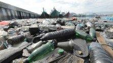 Пластмасови боклуци плуват в рибарско пристанище в Лам Пуло, Банда Ачех, Индонезия. Страната е вторият по големина производител на пластмасови отпадъци в света - приблизително 200 000 тона се изливат чрез реките в океана.