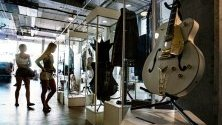 Китари и други вещи на блус легендата Би Би Кинг, изложени преди търга в Бевърли Хилс на 21 септември.