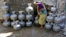 Жена събира питейна вода от външна чешма в Дака, Бангладеш. 57% от водата в града е замърсена, показват данните на властите.