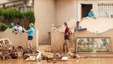 Хора почистват дома си след проливните дъждове и наводнения в Мурсия, Испания. Мурсия и Валенсия бяха пометени от феномена gota fria, характерен за Испания. 6 души загинаха.