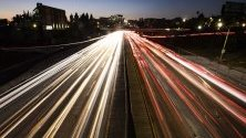 Пътно движение по магистрала в Лос Анджелис. Очаква се Тръмп да изтегли закон от 60-те, който дава право на Калифорния да налага по-големи ограничения на вредните емисии, отколкото изисква правителството.