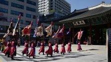 Кралски гвардейци по време на смяна на караула пред двореца Токсугун в Сеул, Южна Корея.