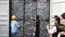 Индонезийски митничари показват контейнер с пластмасови отпадъци на международния терминал в Джакарта. Властите върнаха 8 контейнера на Австралия, тъй като не отговарят на договорените параметри.