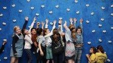 Деца си играят в изложбата KAWS: Companionship in the Age of Loneliness` на американеца Брайан Донъли в Националната галерия в Мелбърн, Австралия.