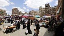 Йеменци из пазара в стария квартал в Сана. Йемен е погълнат от въоръжен конфликт между бунтовниците хути и правителствените части от над четири години.