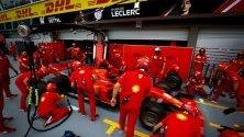 Механици на Ferrari по време на тренировка в Marina Bay Circuit преди Формула 1 в Сингапур на 22 септември.