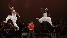 """Изпълнение на трапец в цирк Zip Zap, част от представлението """"Journey Beyond"""" съвместно със Симфоничния оркестър на Йоханесбург, Южна Африка. Циркът е основан в Кейптаун и цели вдъхновение на младежите и подпомагане на мирното съжителство в Южна Африка."""