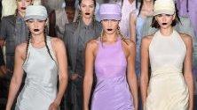 Моделите Джиджи Хадид, Бела Хадид и Кая Гърбър представят облекла на Макс Мара по време на Седмицата на модата в Милано.