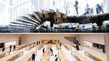 """Посетителия в обновения магазин на Apple на """"Пето авеню"""" в Ню Йорк. Откриването става в момент на продажба на нови продукти като iPhone 11 и часовници Series 5 Apple."""