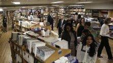 Изложени книги на борда на кораба Logos Hope - най-голямата плуваща книжарница в света, която се намира в момента в Рио де Жанейро, Бразилия.