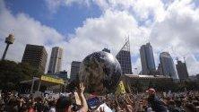Протестиращи подхвърлят гигантско земно кълбо в Сидни, Австралия. Хиляди ученици от цял свят излизат днес на климатична стачка по призив на Грета Тунберг.