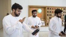 Клиент снима новия си iPhone 11 в магазин на Apple в Дубай, ОАЕ.