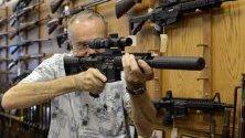 """Продавач демонстрира Колт AR-15 в магазин в Атланта, Джорджия. """"Колт"""" обяви, че прекратява производството на полуавтоматичните AR-15."""