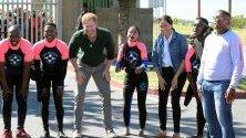 """Принц Хари и съпругата му Меган се срещат със сърф инструктори по време на визитата си на организацията """"Waves for Change"""" в Кейптаун, Южна Африка."""
