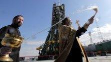 """Свещеник благославя ракетната площадка на """"Союз"""" на космодрума Байконур в Казахстан. Изстелването на следващата мисия е предвидено за 25 септември. На борда ще бъде първият астронавт от ОАЕ."""