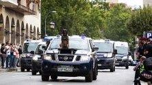 Полицейско куче върху полицейска кола по време на репетиции за парада на Националнатаполиция в Логроно, Испания.