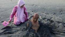 Болен е засипан с черен пясък - част от традиционно местно лечение, Банда Ачех, Индонезия. Местните вярват, че черният пясък може да лекува и предотвратява сърдечните удари и хипертонията.