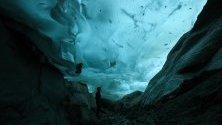 Турист разглежда ледника Aletsch във Вале, Швейцария - един от най-големите в Европа и първият обект, защитен от ЮНЕСКО, в Алпите. Простира се на над 23 км.