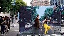 """Хора позират пред реплика на историческата корица от албума """"Abbey Road"""" на Beatles по време на честване на 50-тата годишнина от пускането на албума в Холивуд."""