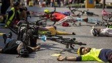 """Протестиращи от организацията """"Extinction Rebellion"""" лежат по земята по време на демонстрация в защита на климата в Бризбейн, Австралия."""