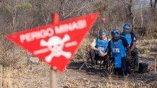 Принц Хари посещава минно поле в Дирико, Ангола, където протича разчистване на мини.