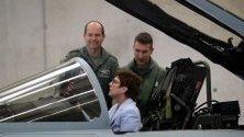 """Германският министър на отбраната Анегрет Крамп-Каренбауер в изтребител """"Юрофайтър"""" по време на визита на авио ескадрон 31 Boelcke край Кьолн."""
