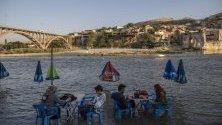 Хора във водите на рега Тигър в Ханаскейф - древен град, датиращ от преди 10 000 години, разположен в турската провинция Батман. Въпреки протестите властите започват строежа на мащабен хидроелектрически язовир, чийто води ще потопят археологическия град.