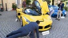 """Купувачи инспектират Ферари и Бугати - част от 25-те луксозни коли, собственост на Теодоро Обианг, син на президента на Екваториална Гвинея Нгуема Мбасого, продадени на търг на """"Бонамс"""". Колекцията е конфискувана от прокуратурата след разследване на пране на пари."""