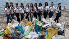 Участнички в надпреварата Мис Земя събират боклуци по крайбрежието на остров Свобода във Филипините.