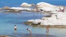 Плаж с туристи на Халкидики, Гърция. Прогнозите сочат за температури от около 23 градуса през седмицата.