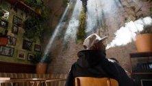 Посетител на първото кафене за канабис в САЩ, отворило врати в Западен Холивуд. Калифорния легализира употребата на канабис през 2016 г.