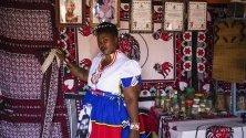 """Баданиле Маси - хомосексуален """"сангома"""" (лечител), пред лечебницата си в Йоханесбург, Южна Африка. Сангомите предоставят традиционно лечение и духовни насоки."""