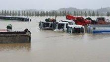 Камиони са заляти от наводнение след тайфуна Митаг в Южна Корея.