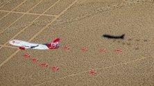 Virgin Orbit лети във формация с изтребители Red Arrows Hawk над Лонг Бийч, Калифорния.