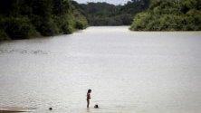 Деца от племето Xikrin плуват в река Бакажа в резервата Триншейра до Бакажа, Бразилия. Поколения от племето се борят с обезлесяването на региона.