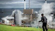 Скиор се спуска по изкуствена писта в Amager Bakke/Copenhill в Копенхаген, Дания. Изкуствената писта и зона за катерене са построени върху покрива на нов център за преработка на отпадъци.